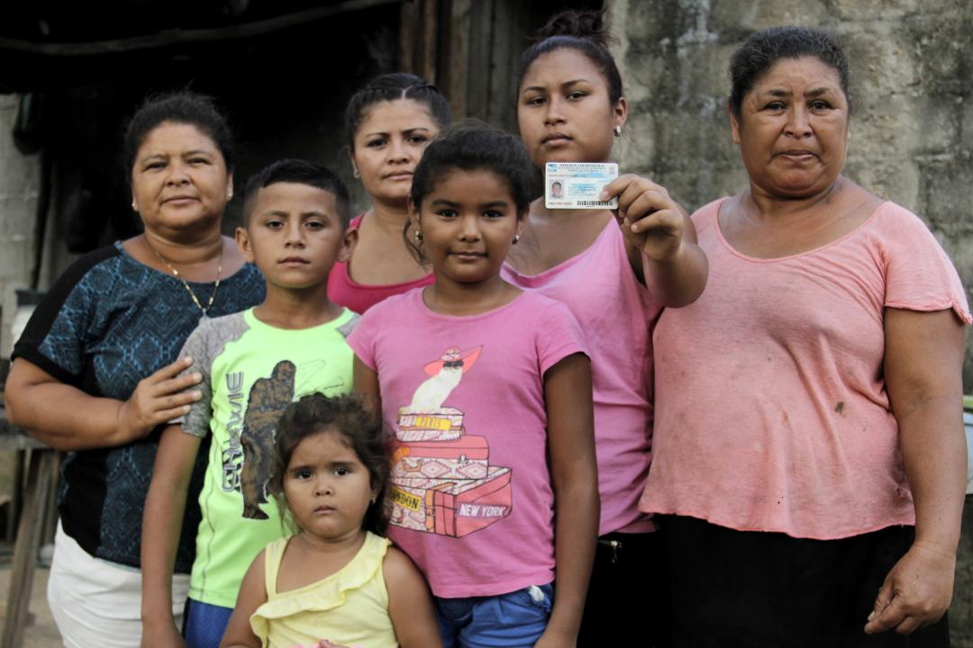 Familia de Gustavo Cáceres, preso en El Progreso, Yoro. María Isabel Ayala (44) tía, Justin Cáceres (11) hermano, Alisson Laínez (3) sobrina, Kimberly Laínez (sobrina), Lourdes Ayala (33) hermana, Mercedes Cáceres (21) hermana, María Elena Ayala (52) madre. Foto: Martín Cálix.