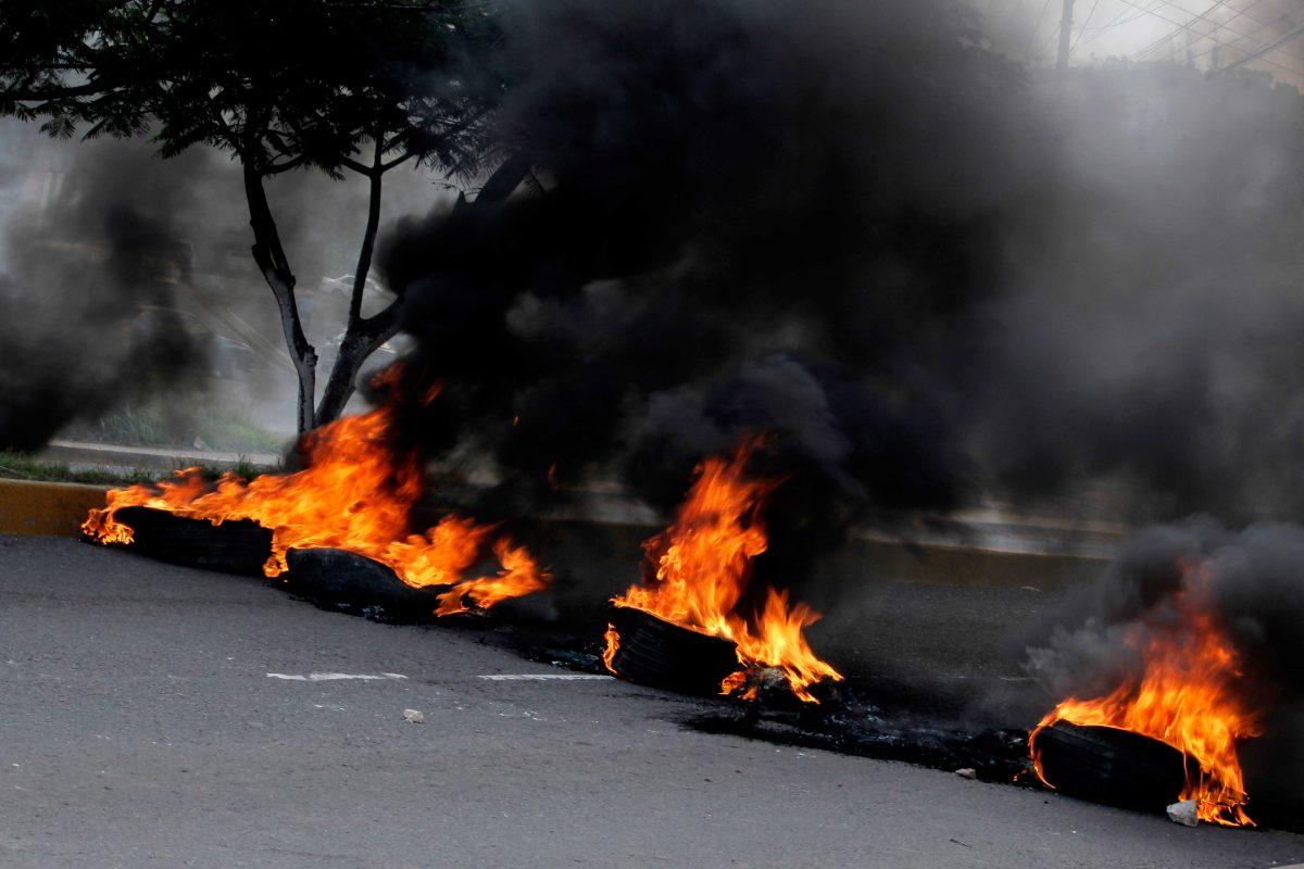 Llantas en fuego sobre carretera