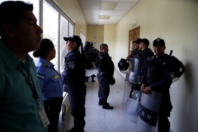 Miembros de las Fuerzas Especiales Cobras de la Policía Nacional de Honduras lucen agotados