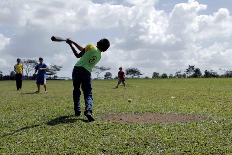 Niños juegan baseball en el estadio de la comunidad de Wapí.