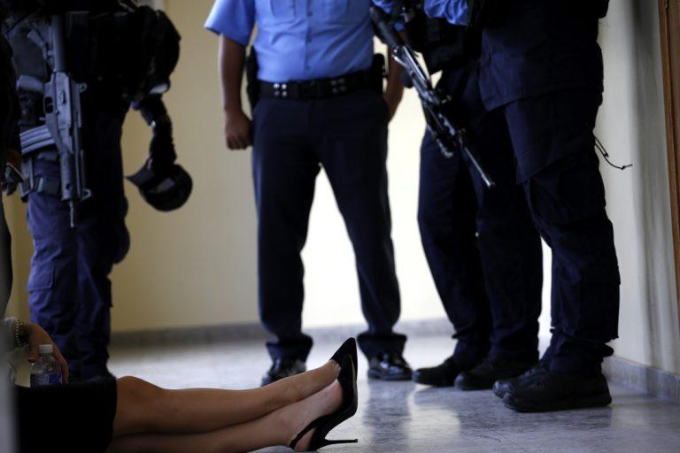 Una empleada de la Corte Suprema de Justicia descansa rodeada de varios oficiales cobras