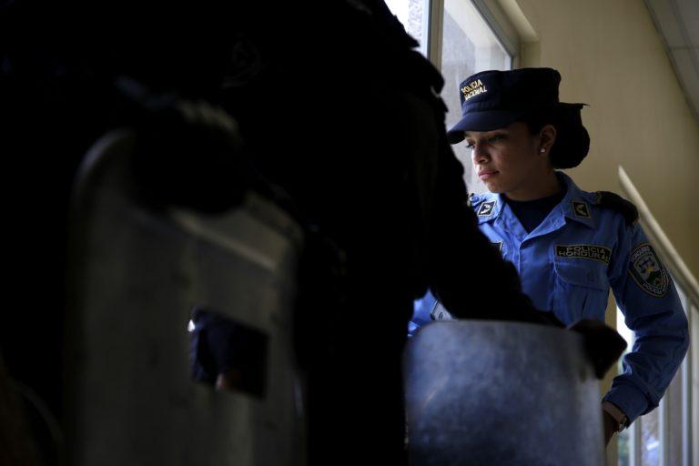 Una oficial de la Policía Nacional de Honduras durante la larga espera que significó la primera audiencia por el Caso Pandora