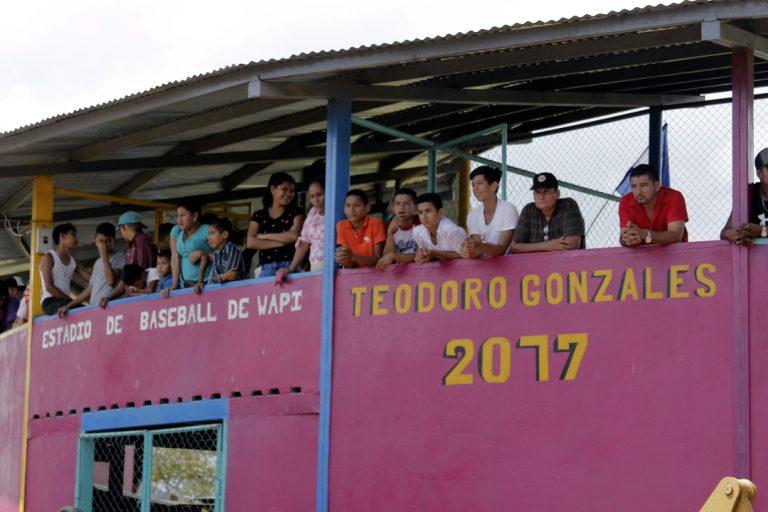 Vecinos de la comunidad de Wapí la construcción de la carretera pavimentada