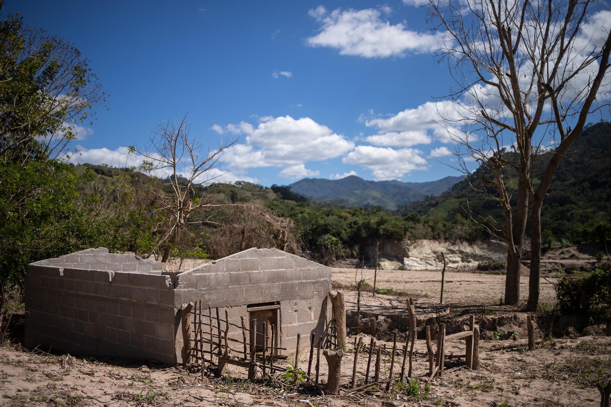Brisas del Ulúa, una comunidad en la ribera del río Ulúa, quedó devastada tras el paso de las tormentas tropicales Eta e Iota. En la actualidad, 18 familias de esta comunidad se encuentran damnificadas en una escuela. Chinda, Santa Bárbara, 27 de enero de 2021. Foto: Martín Cálix.