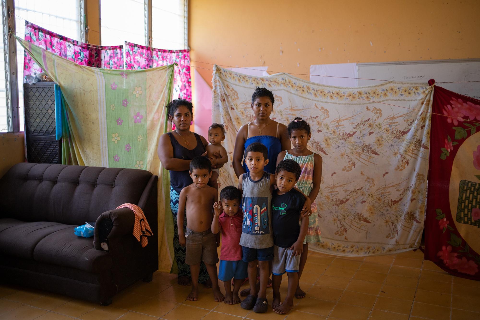 Nevel Mendoza, de 28 años, y su familia, son retratados en la escuela de Chinda donde se ha refugiado luego de que su casa se perdiera debido a las inundaciones que provocaron las tormentas Eta e Iota. Chinda, Santa Bárbara, 27 de enero de 2021. Foto: Martín Cálix.