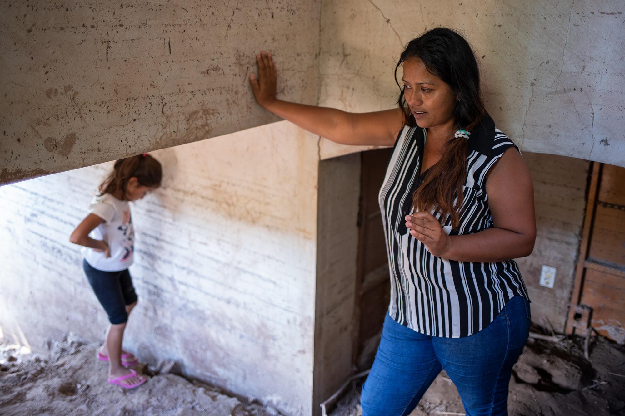En el interior de la casa de su hermano, María narra cómo su familia lo perdió todo durante las tormentas tropicales Eta e Iota. Su familia intenta recuperarse tras las pérdidas por las inundaciones. Chinda, Santa Bárbara, 27 de enero de 2021. Foto: Martín Cálix.