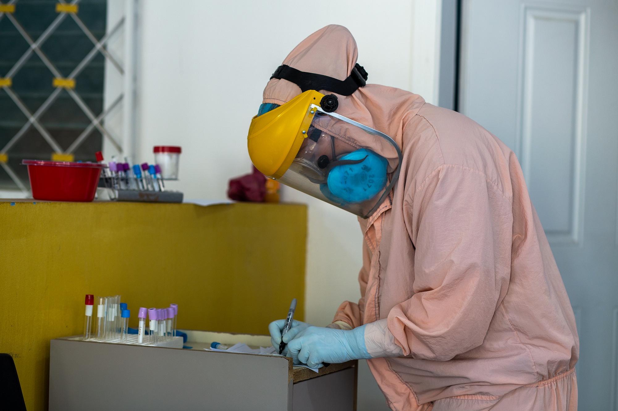 En la Sala Covid-19 del Hospital Santa Bárbara Integrado, una laboratorista rotula tubos de ensayo que serán usados para tomar muestras de sangre para detectar Covid-19. Santa Bárbara, 26 de enero de 2021. Foto: Martín Cálix.