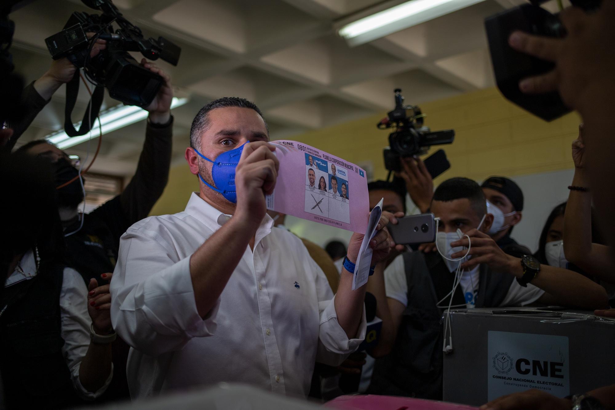 El precandidato a la alcaldía del Distrito Central por la corriente nacionalista Unidad y Esperanza con Nasry «Tito» Asfura a la cabeza, David Chávez, mientras ejerce el sufragio en la Universidad Nacional Autónoma de Honduras. Tegucigalpa, 14 de marzo de 2021. Foto: Martín Cálix.
