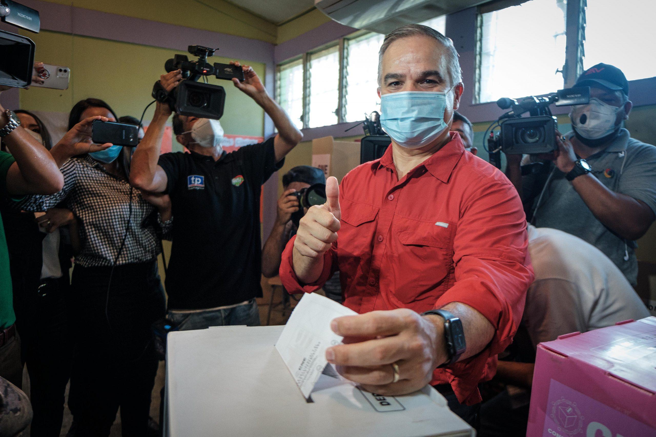 Yani Rosenthal, precandidato del Partido Liberal deposita su voto durante las elecciones primarias de 2021. El precandidato liberal ejerció el sufragio en la escuela Dionisio de Herrera. San Pedro Sula, 14 de marzo de 2021. Foto: Deiby Yanes.
