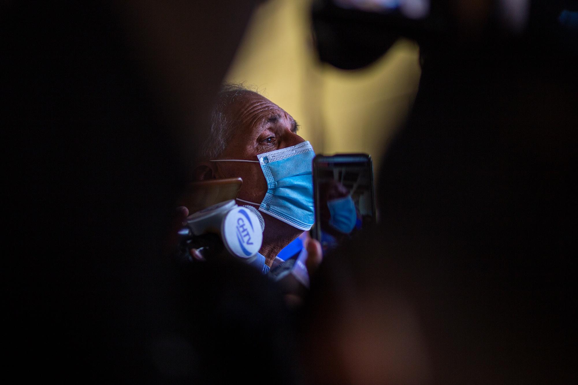 Nasry Asfura, actual alcalde del Distrito Central y precandidato a la presidencia por la corriente Unidad y Esperanza es asediado por la prensa nacional mientras acompañaba a David Chávez —su precandidato a la alcaldía de la capital hondureña—. Tegucigalpa, 14 de marzo de 2021. Foto: Martín Cálix.