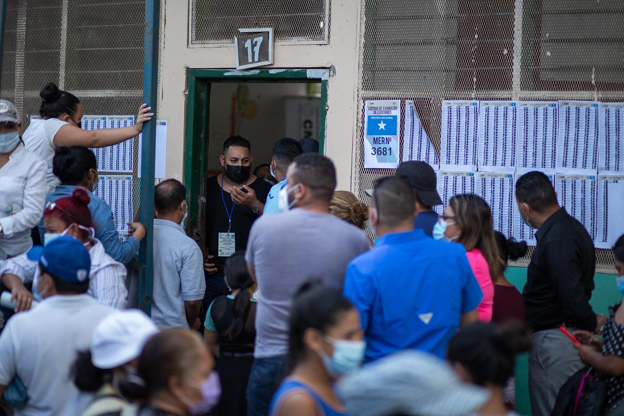 Simpatizantes nacionalistas se aglomeran sin medidas de bioseguridad en una mesa electoral nacionalista en la Escuela Rafael Pineda Ponce de la Colonia 3 de Mayo. Comayagüela, 14 de marzo de 2021. Foto: Martín Cálix.