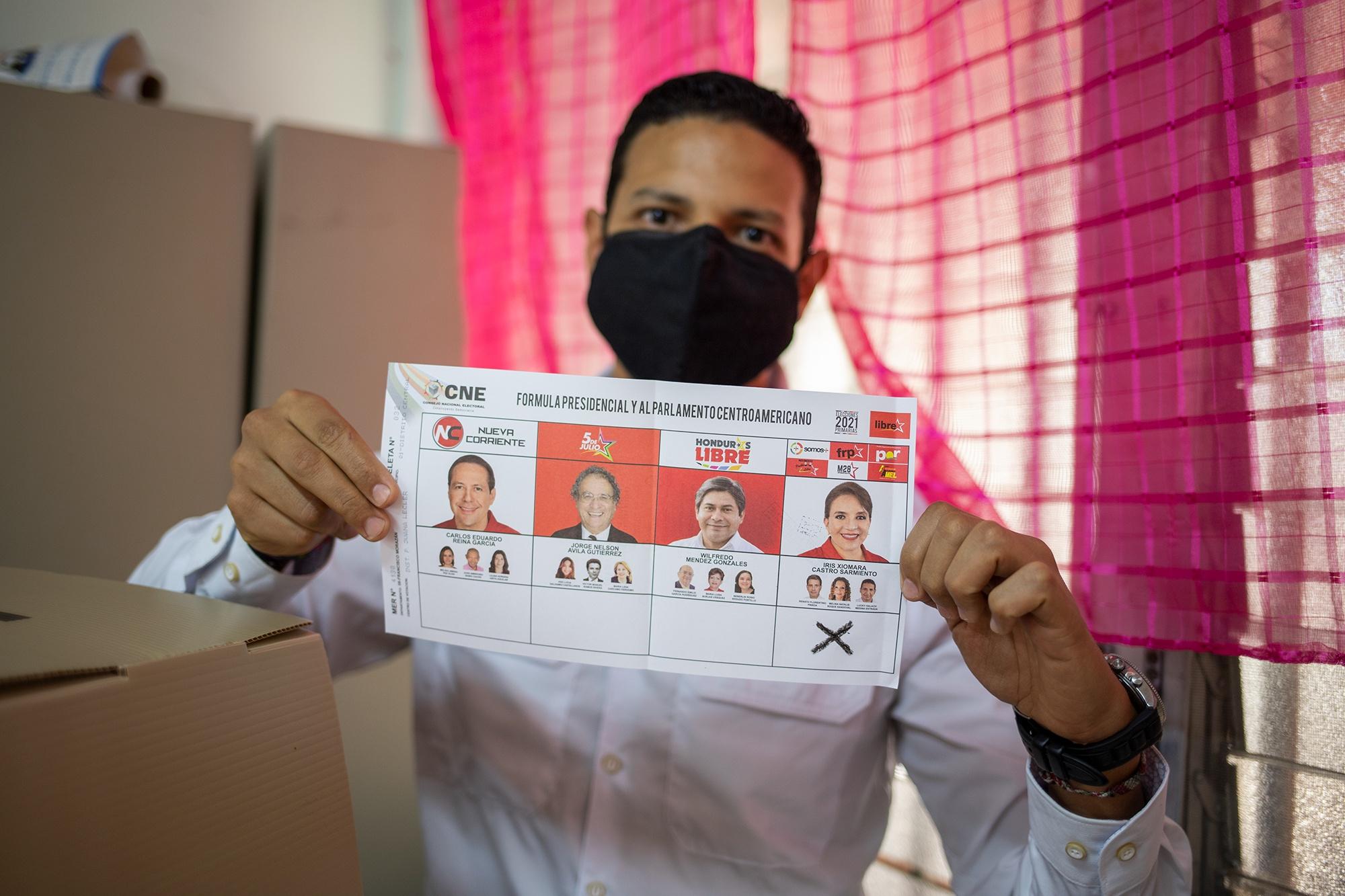 Lucky Medina es precandidato a designado presidencial en fórmula con Xiomara Castro. A sus 31 años, Lucky, se convierte en el aspirante a designado presidencial más joven inscrito en el Consejo Nacional Electoral en estas elecciones. Comayagüela, 14 de marzo de 2021. Foto: Martín Cálix.