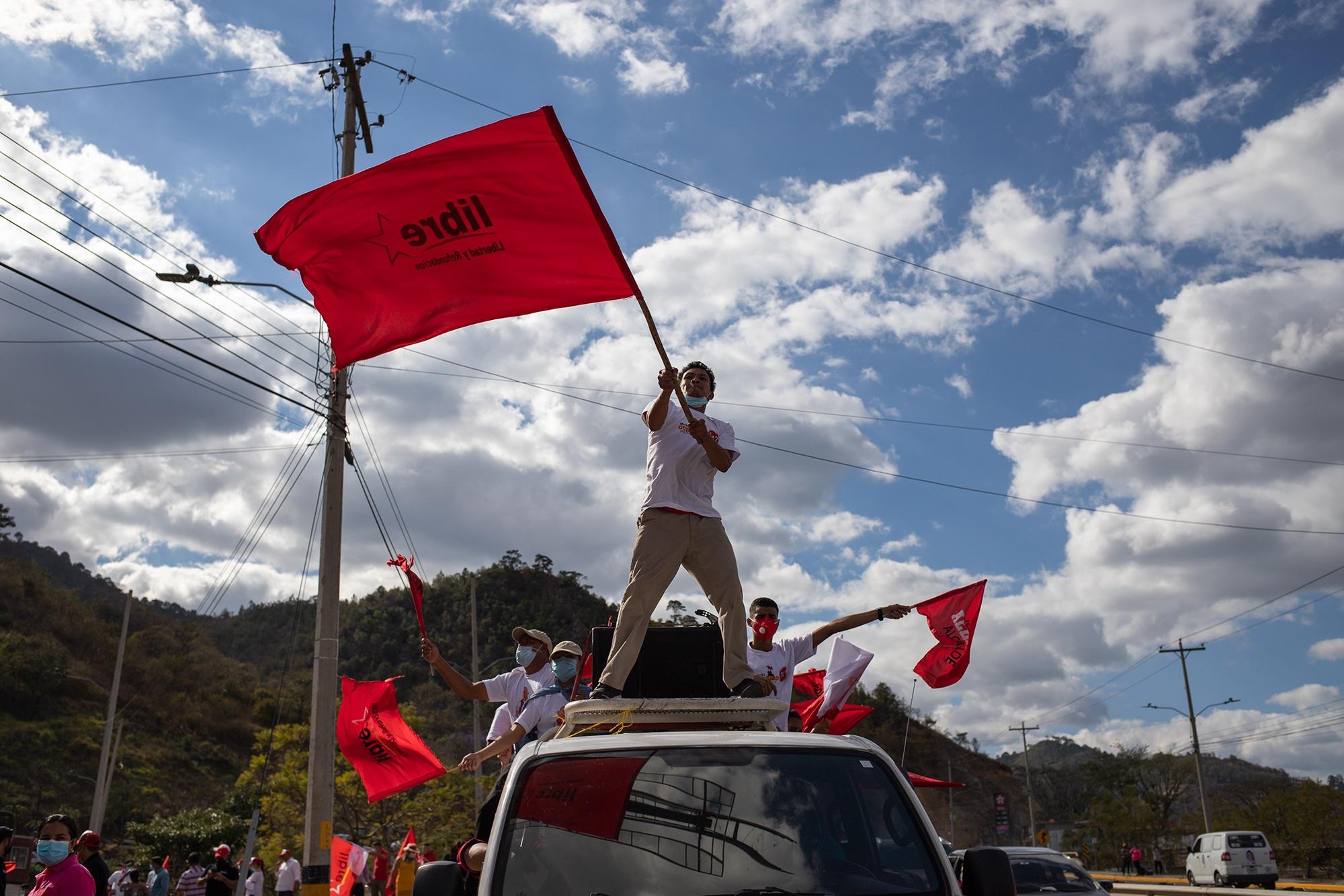 Un joven ondea una bandera del Partido Libre durante el cierre de campaña de la precandidata a la presidencia, Xiomara Castro. Tegucigalpa, 7 de marzo de 2021. Foto: Martín Cálix.