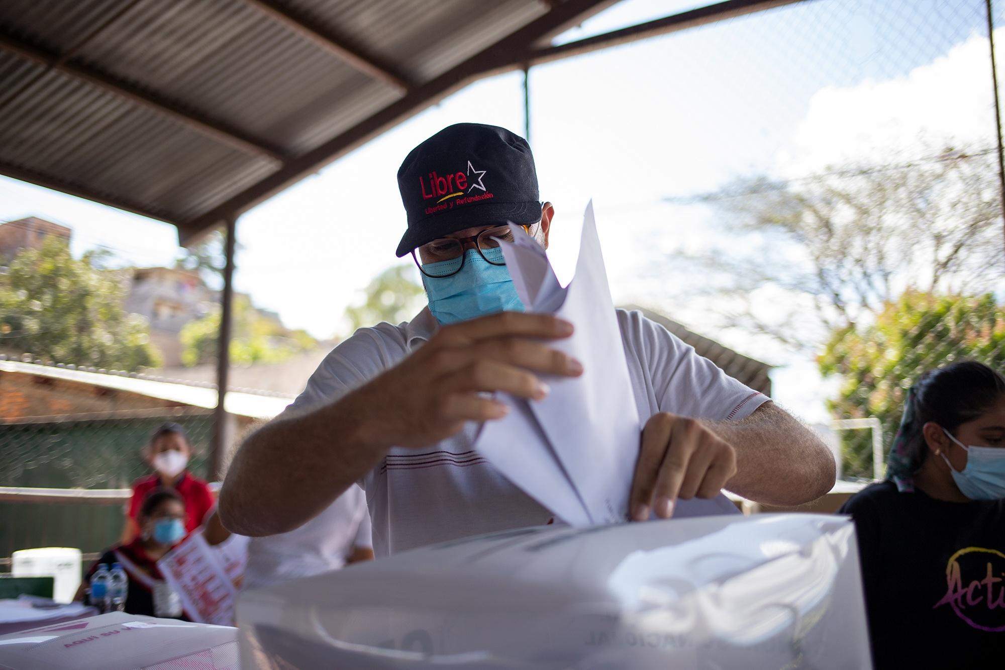 Un simpatizante del Partido Libre ejerce el sufragio en la Escuela 4 de junio de la Colonia San Miguel. Tegucigalpa, 14 de marzo de 2021. Foto: Martín Cálix.