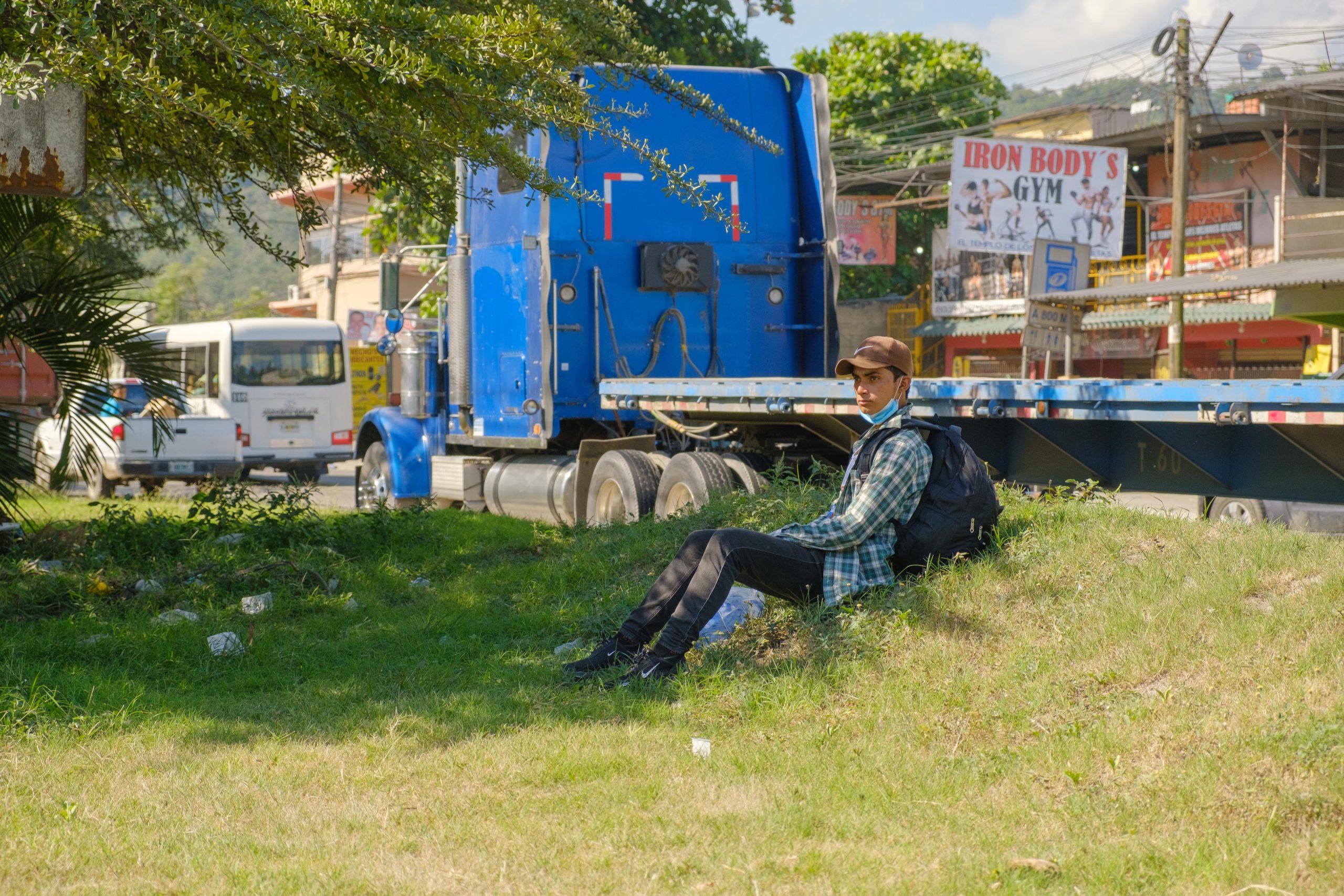 Un jóven migrante descansa después de caminar varios kilómetros en su travesía en busca del sueño americano.