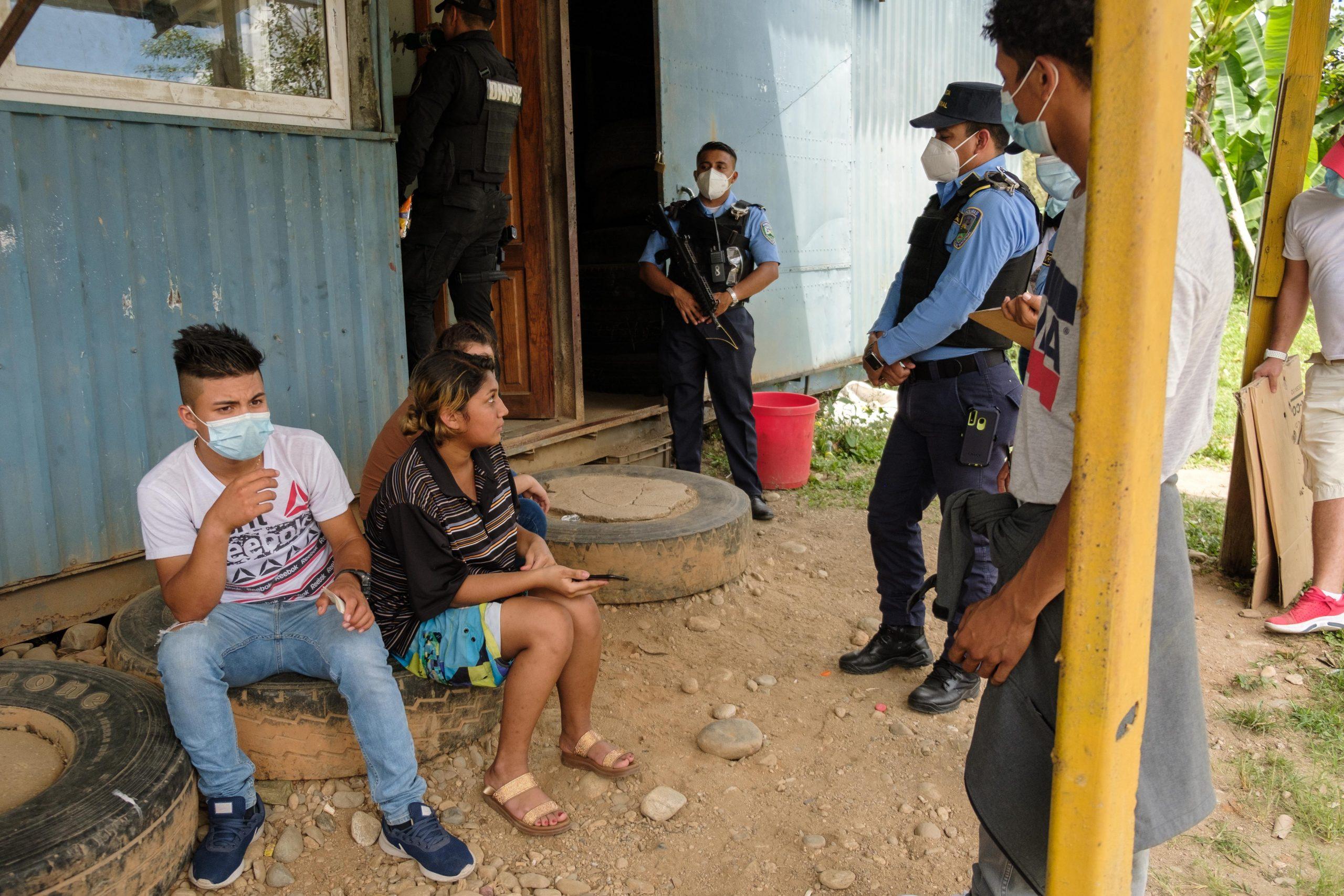 2 kilómetros antes de llegar al puesto de control fronterizo de Corinto, la Policía instaló un retén, varios jóvenes menores de edad fueron retenidos y no se les permitió continuar su paso.