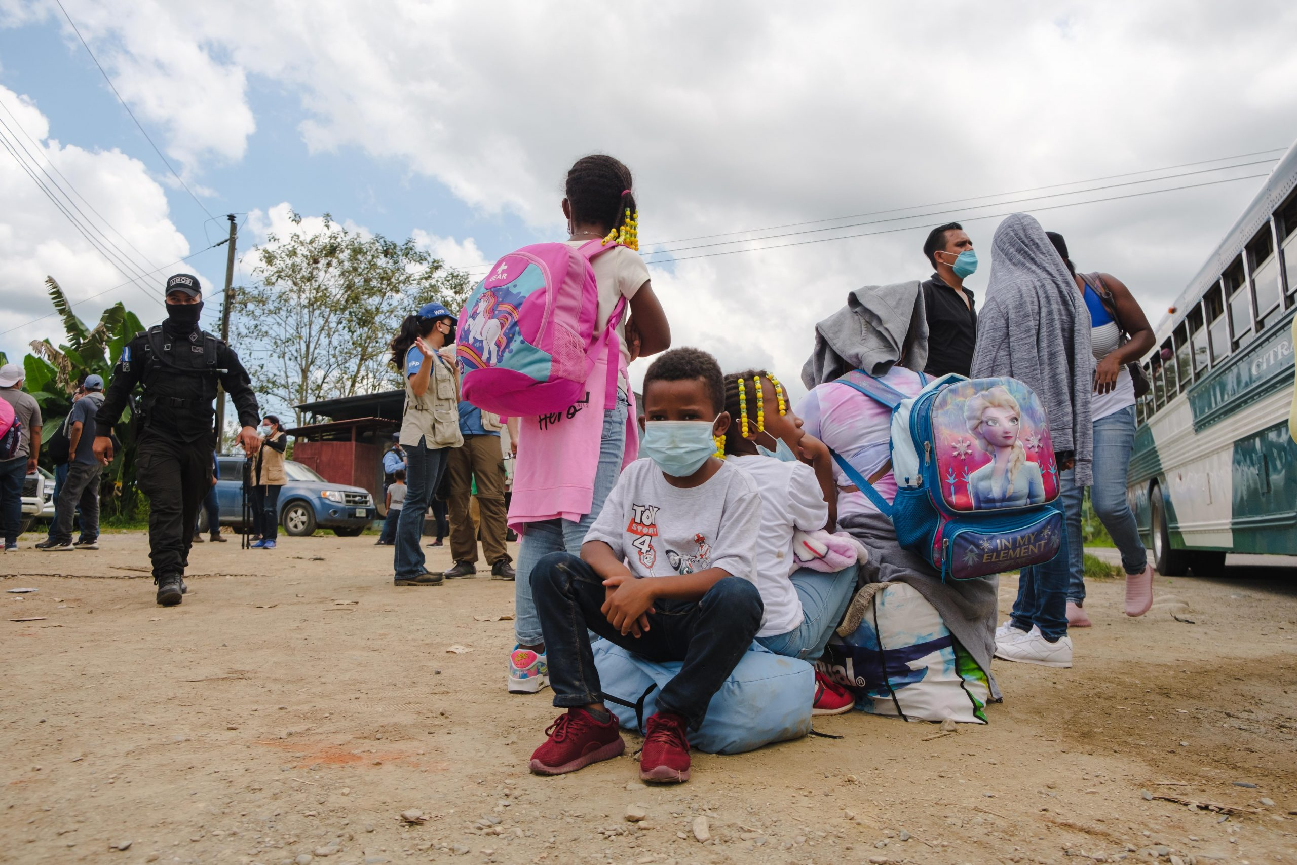 Un grupo de niños que viajaban junto a sus padres, procedentes de Colón, mientras eran retenidos por miembros de la Policía minutos antes de llegar a la Aduana de Corinto, Frontera con Guatemala.