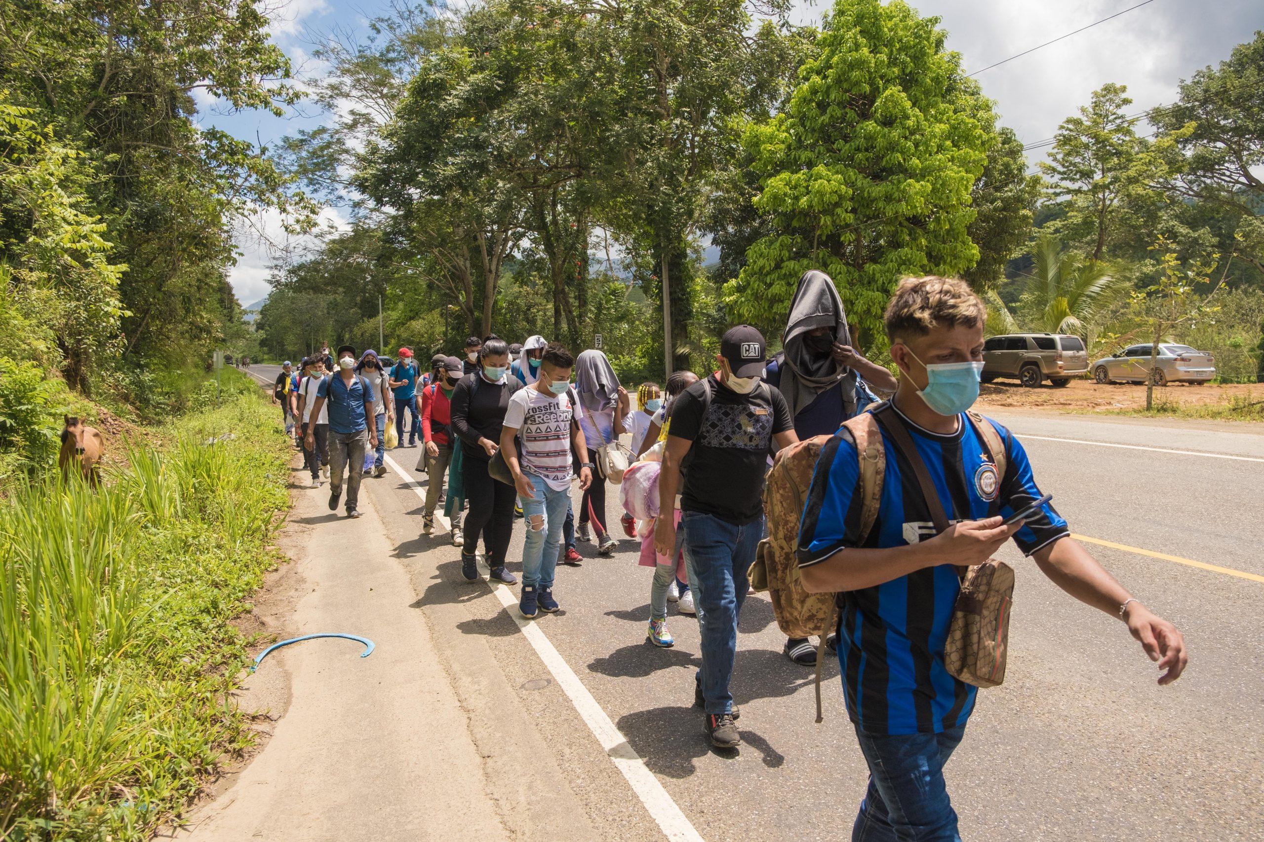 Un grupo de migrantes camina por la carretera hacia Guatemala, su objetivo es alcanzar el sueño americano.