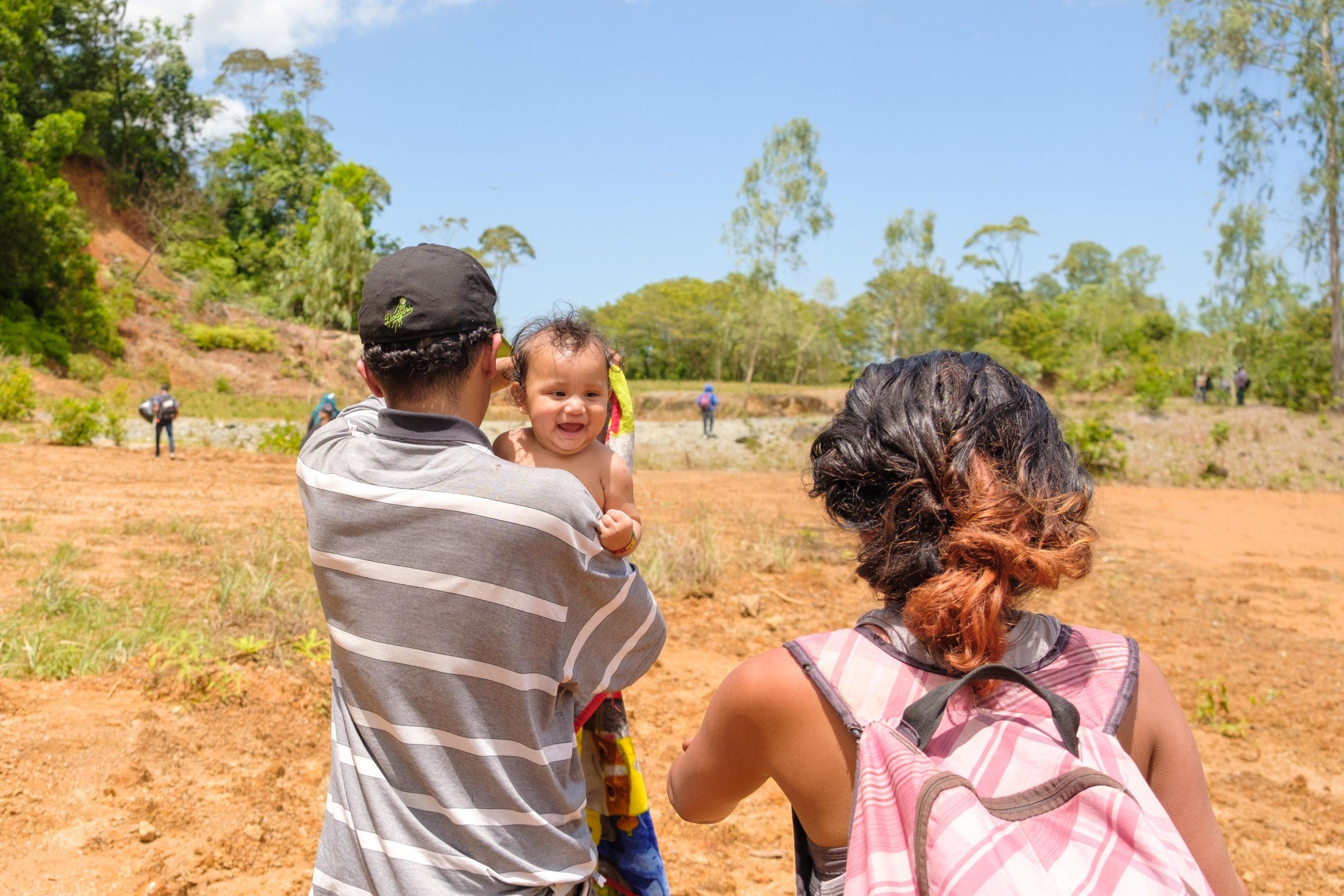 La bebé sonrió mientras sus jóvenes padres avanzan por un punto ciego para adentrarse en territorio guatemalteco.