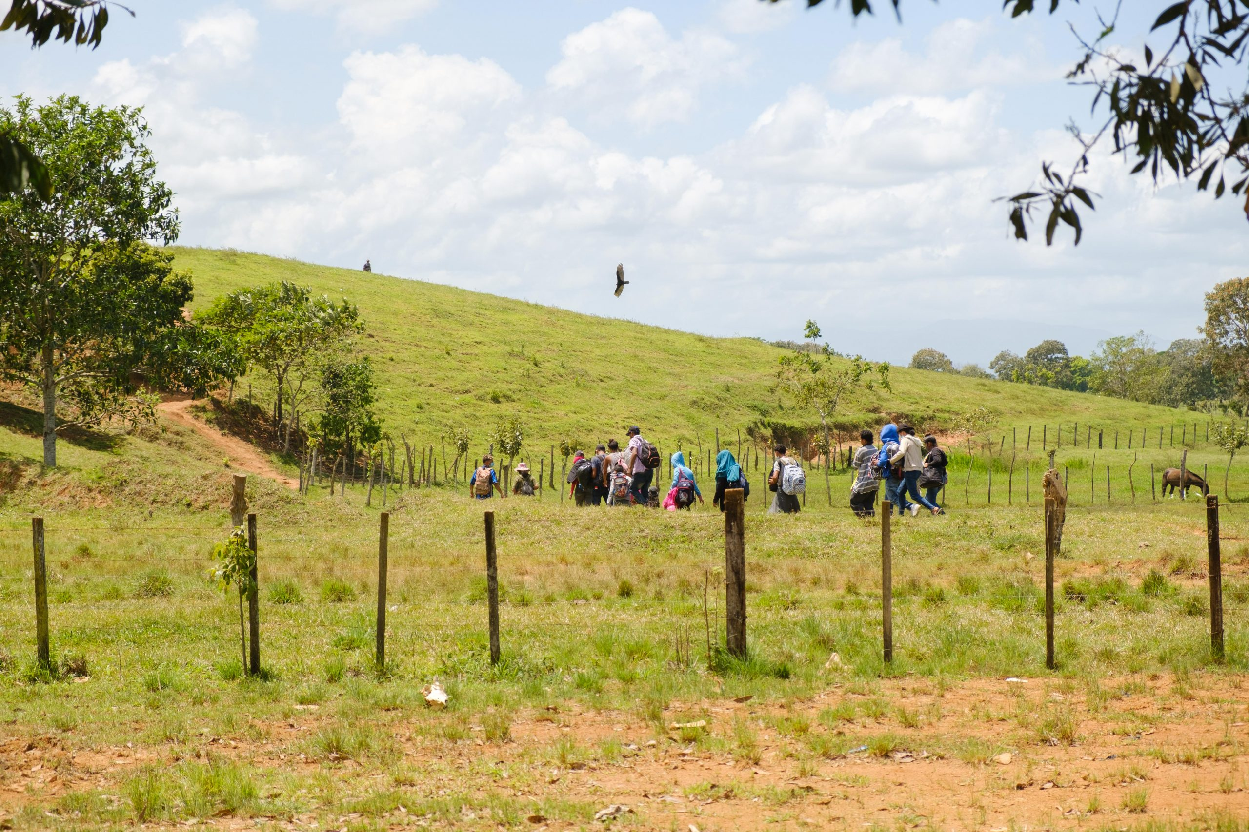 Migrantes pasando la frontera de Guatemala por un punto ciego.