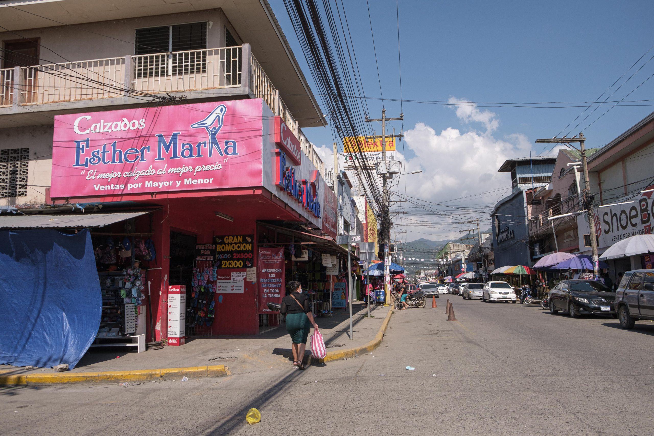 Negocios en la calle del comercio en la ciudad de El Progreso, Yoro.