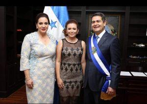 Carol Vanessa Alvarado con la pareja presidencial. Foto de sus redes sociales.