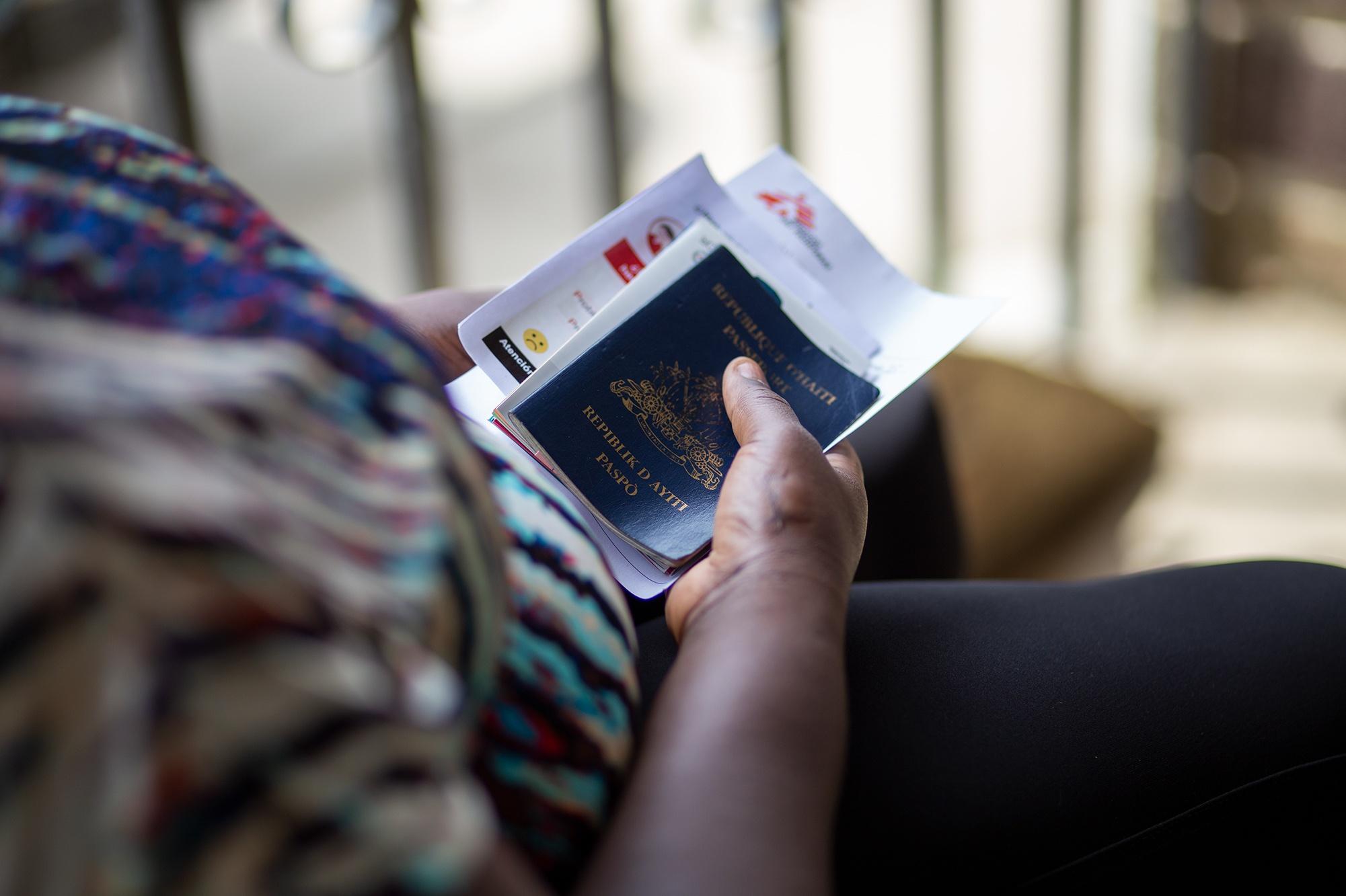 Una migrante haitiana sostiene en sus manos su pasaporte luego de ser atendida por Médicos Sin Fronteras, la única organización que garantiza atención médica y psicológica a las personas migrantes en el municipio de Trójes. 21 de abril de 2021. Foto: Martín Cálix.