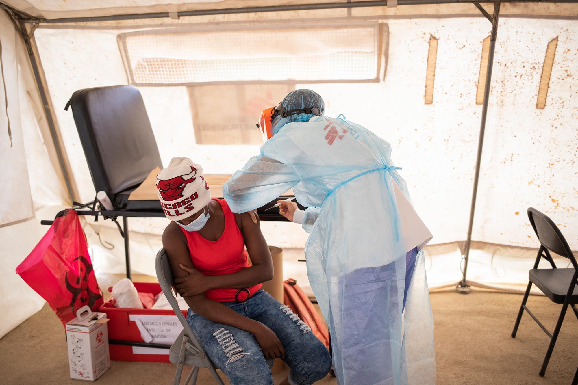 Damaris Díaz, licenciada en enfermería, da atención a una joven haitiana que ha llegado hasta la clínica de Médicos Sin Fronteras. La organización contabiliza un promedio de 45 atenciones diarias desde el mes de marzo, cuando comenzó su atención en el municipio de Trójes. 22 de abril de 2021. Foto: Martín Cálix.