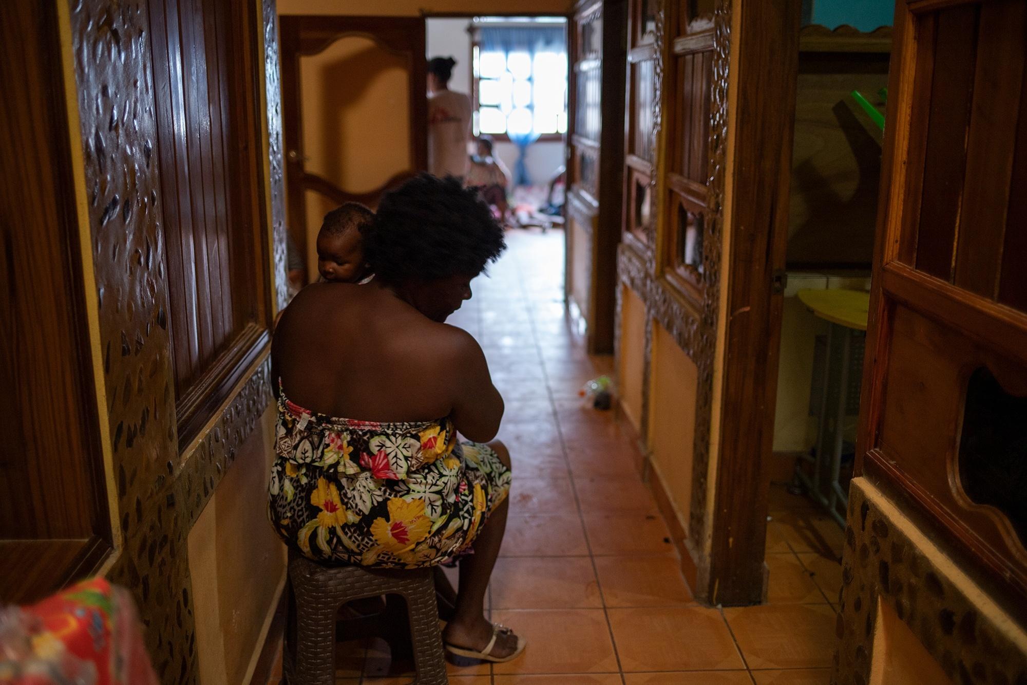 Sheila, de 38 años, es una migrante haitiana que viaja junto a sus tres hijos desde Chile, de donde salieron hace tres meses. Sheila y su familia llevaban 16 días en Honduras hasta que el INM les otorgó el salvoconducto que les permitió continuar con su camino hacia Estados Unidos. Trójes, El Paraíso, 21 de abril de 2021. Foto: Martín Cálix.