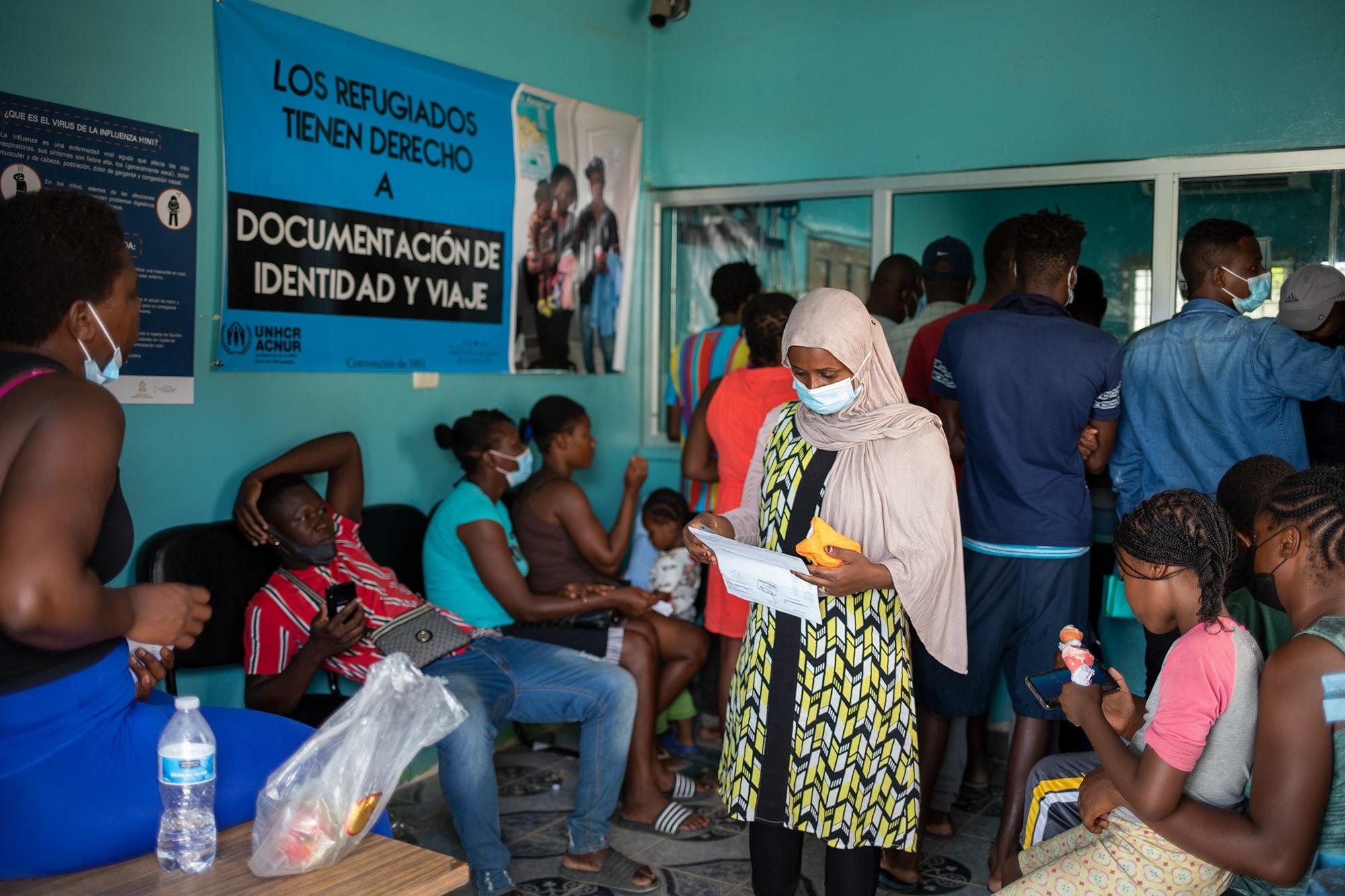 Durante varios días la oficina de control migratorio en el municipio de Trójes estuvo llena de migrantes haitianos que no habían podido avanzar, debido a la multa impuesta por el Instituto Nacional de Migración, debido al ingreso por puntos ciegos al país de los migrantes haitianos. Trójes, El Paraíso, 21 de abril de 2021. Foto: Martín Cálix.