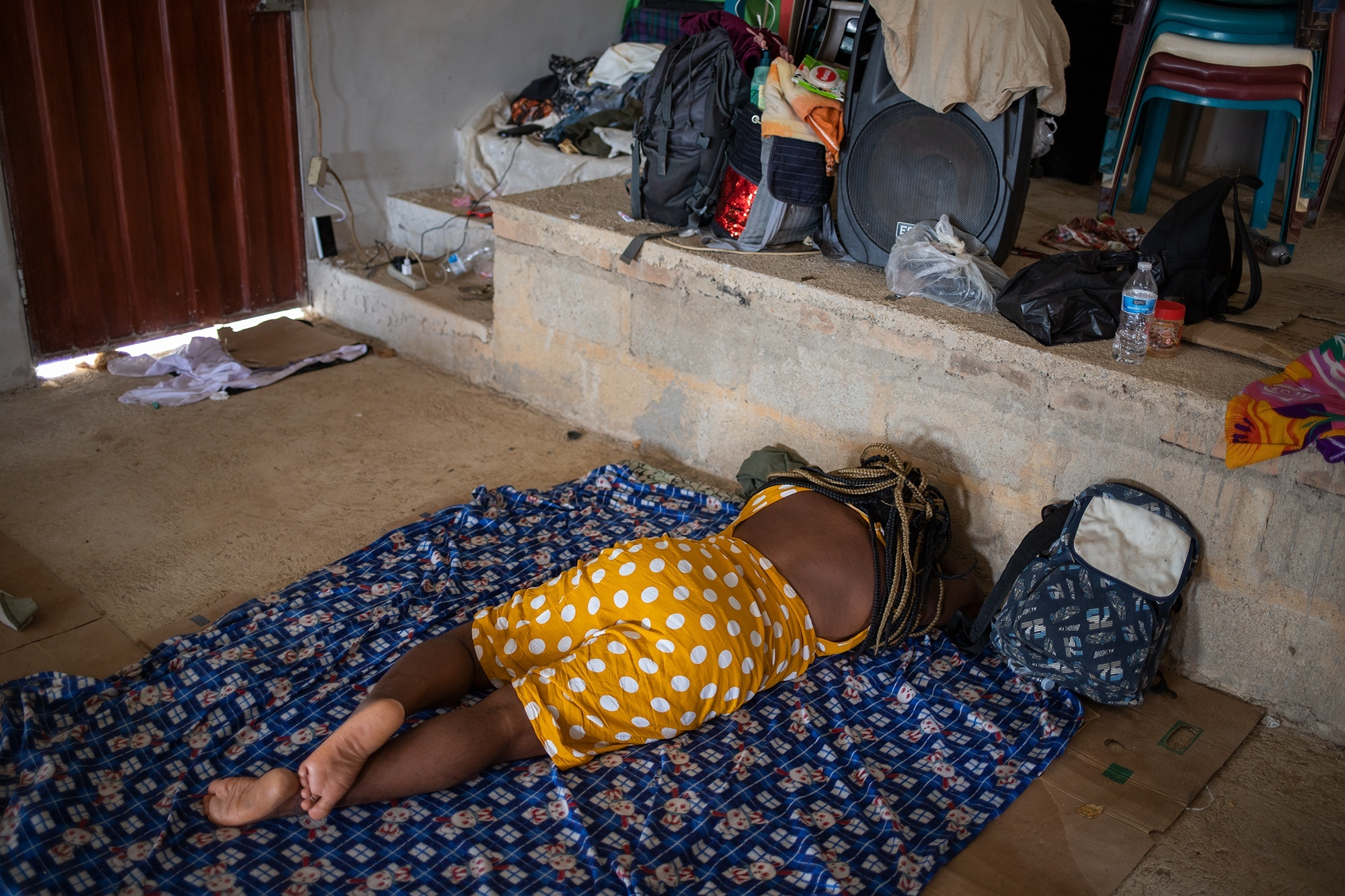 Una mujer migrante haitiana descansa en una colchoneta dentro de una iglesia que ha sido convertida en albergue. Trójes, El Paraíso, 22 de abril de 2021. Foto: Martín Cálix.