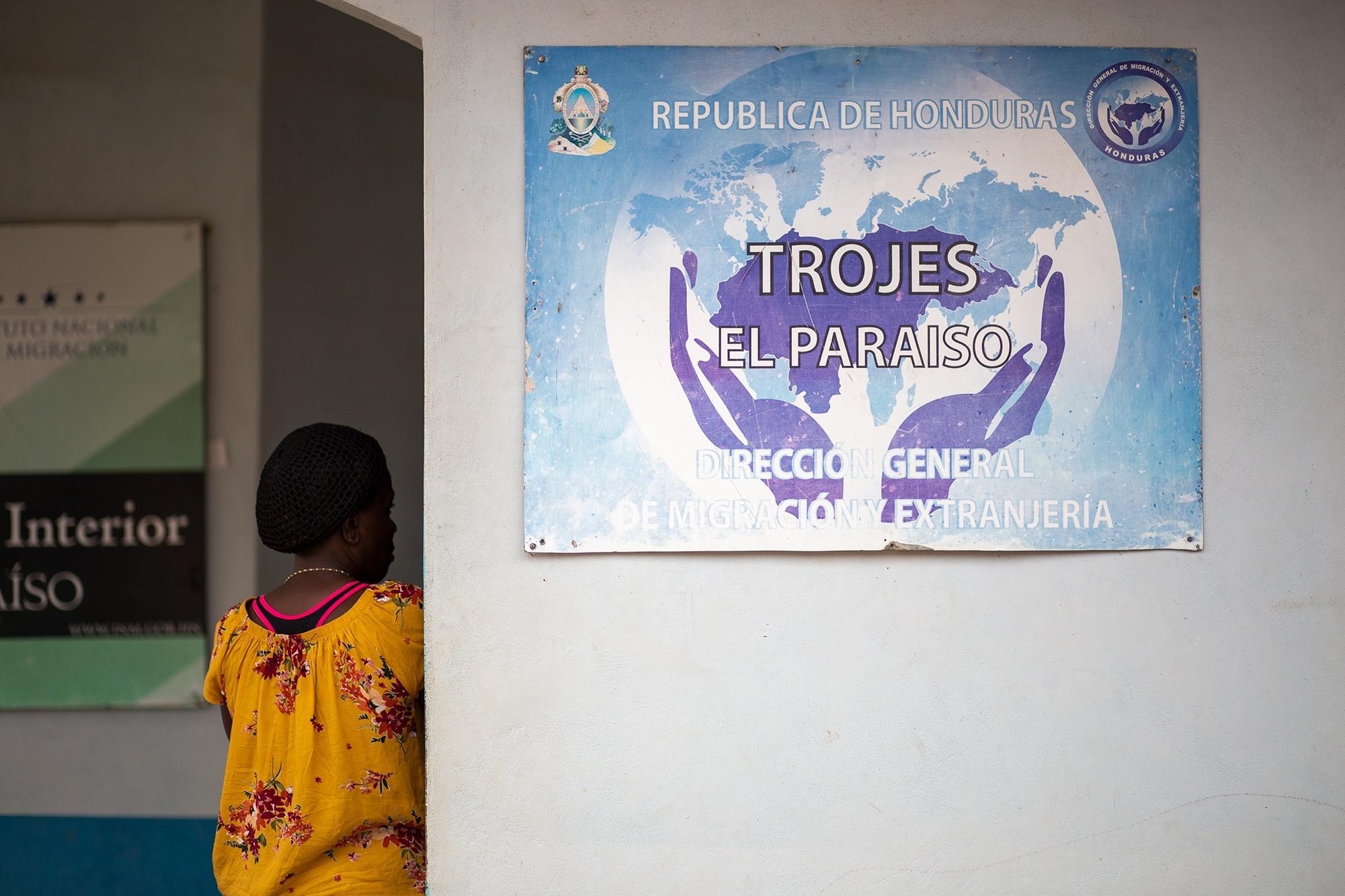 Una joven haitiana espera ser atendida en la oficina de control migratorio del municipio de Trójes en el departamento de El Paraíso. 21 de abril de 2021. Foto: Martín Cálix.