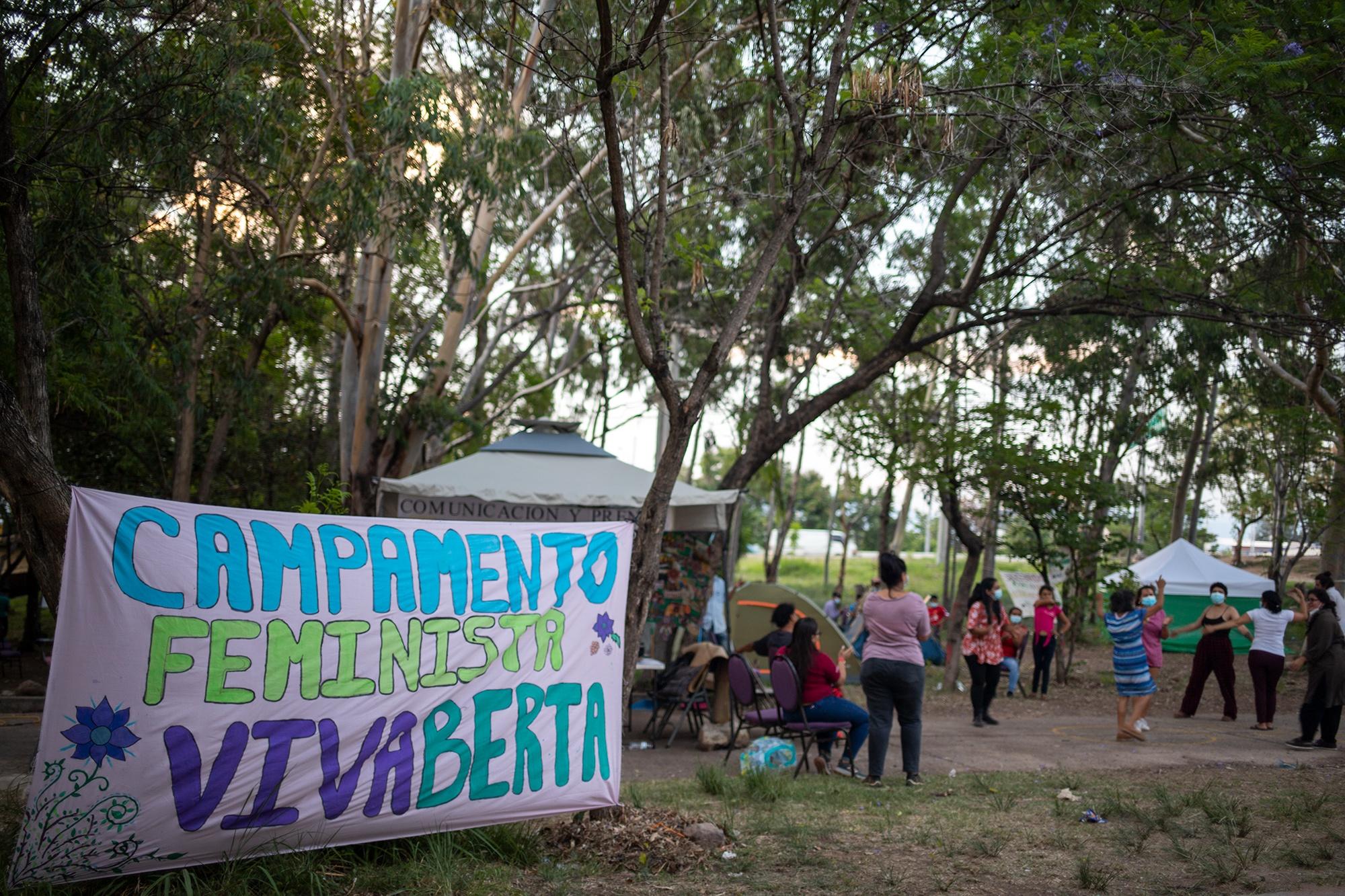 En las inmediaciones de la Corte Suprema de Justicia, distintas organizaciones han participado por segunda semana en el Campamento Feminista Viva Berta, una acción que pretende extenderse todavía por una semana más. Tegucigalpa, 19 de mayo de 2021. Foto: Martín Cálix.