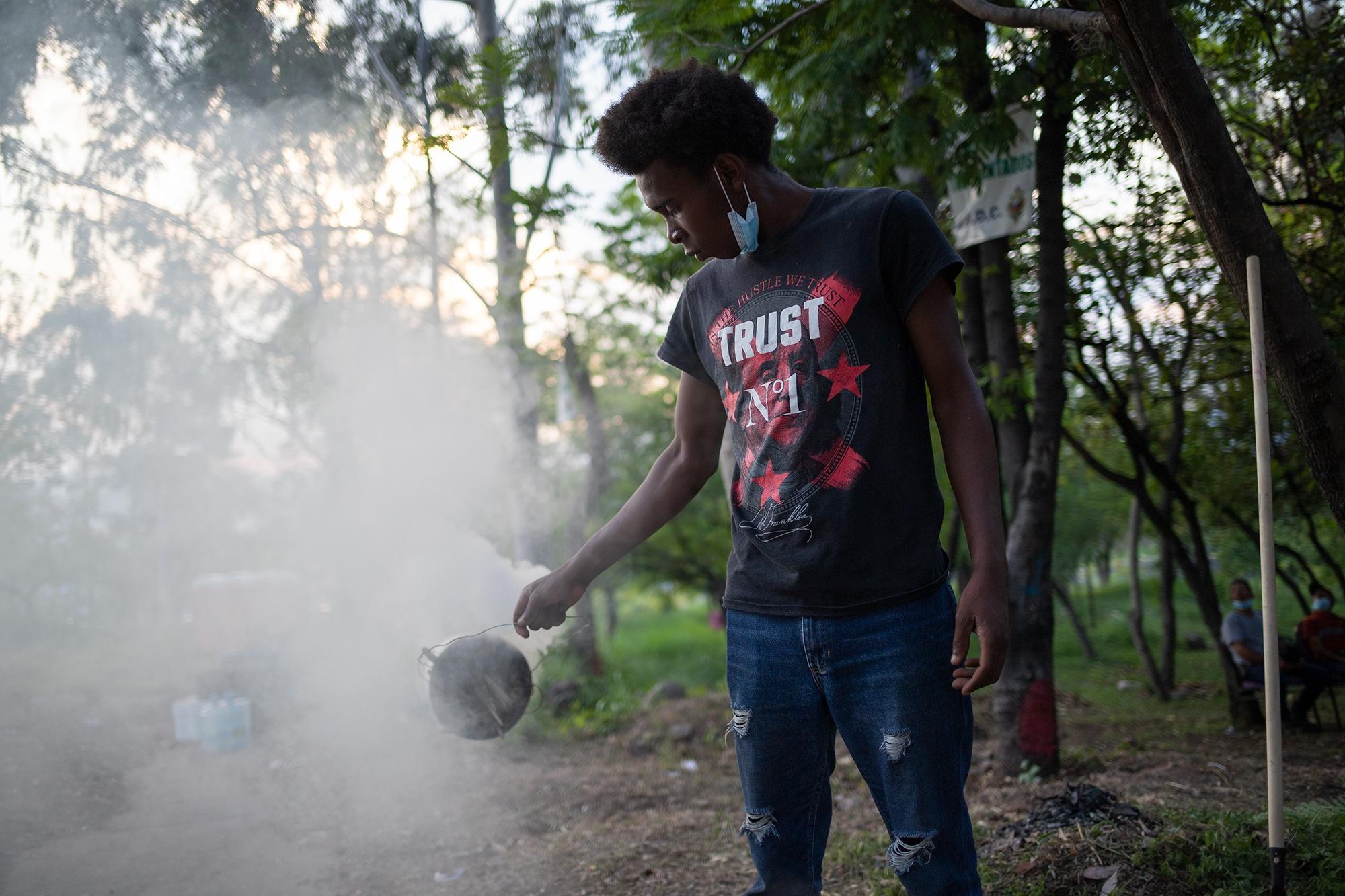 Un joven garífuna de la Organización Fraternal Negra de Honduras, quema incienso en el Campamento Feminista Viva Berta. Tegucigalpa, 18 de mayo de 2021. Foto: Martín Cálix.