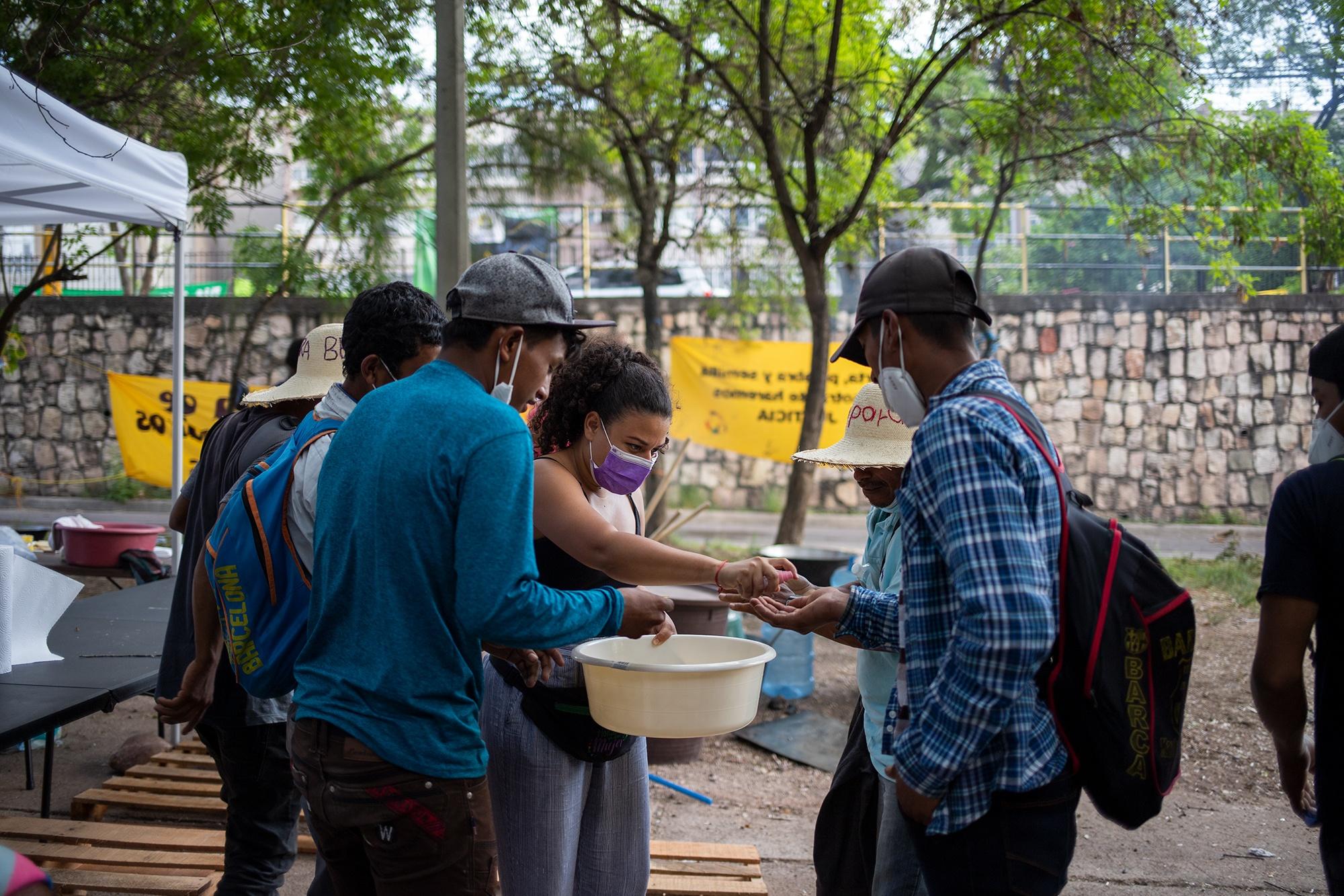Lucía Enamorado, de la Red Nacional de Defensoras de Derechos Humanos en Honduras, ayuda a repartir comida durante el Campamento Feminista Viva Berta. Tegucigalpa, 17 de mayo de 2021. Foto: Martín Cálix.