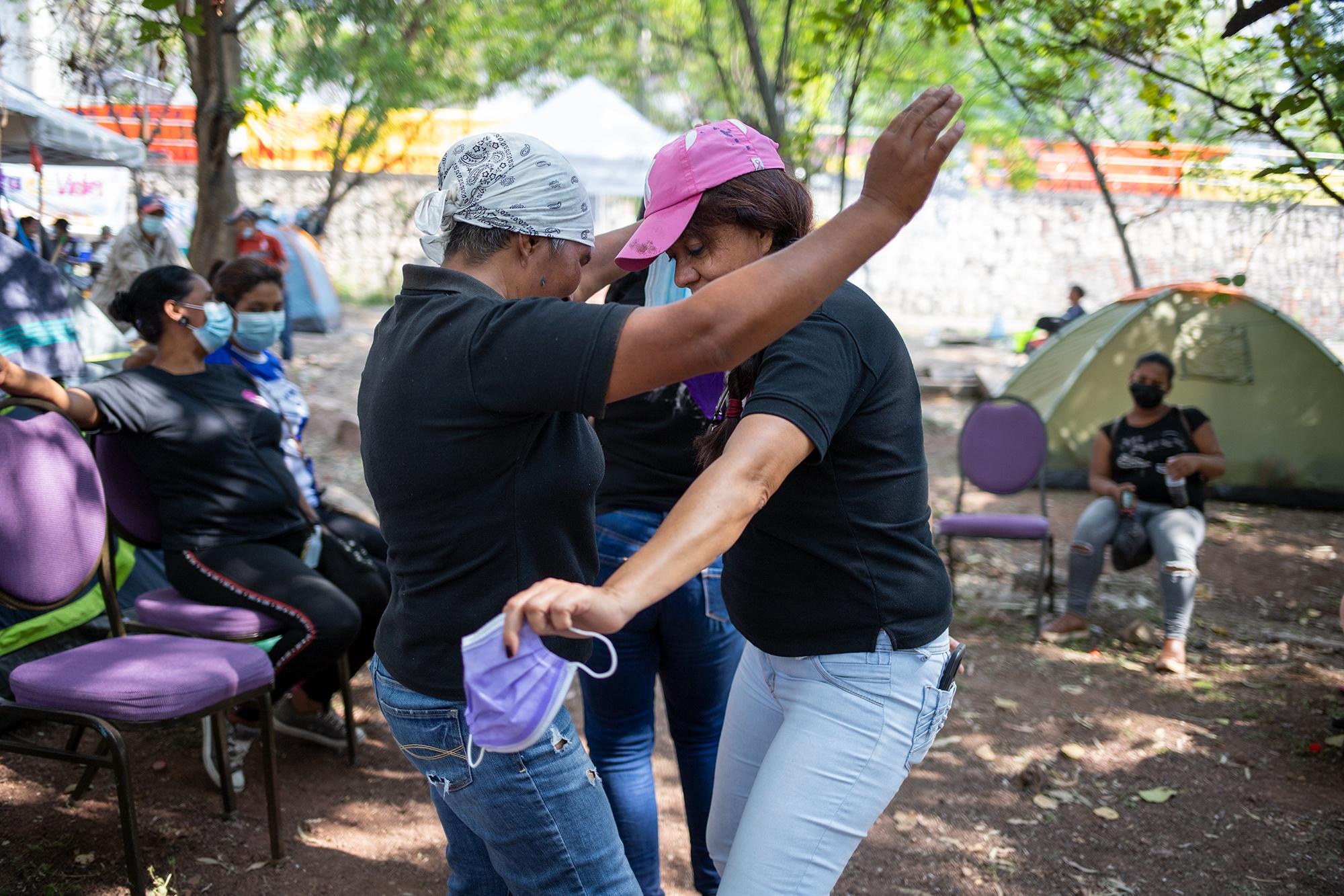 Mujeres de la Red de Mujeres de Ojojona bailan durante Campamento Feminista Viva Berta. Tegucigalpa, 18 de mayo de 2021. Foto: Martín Cálix.