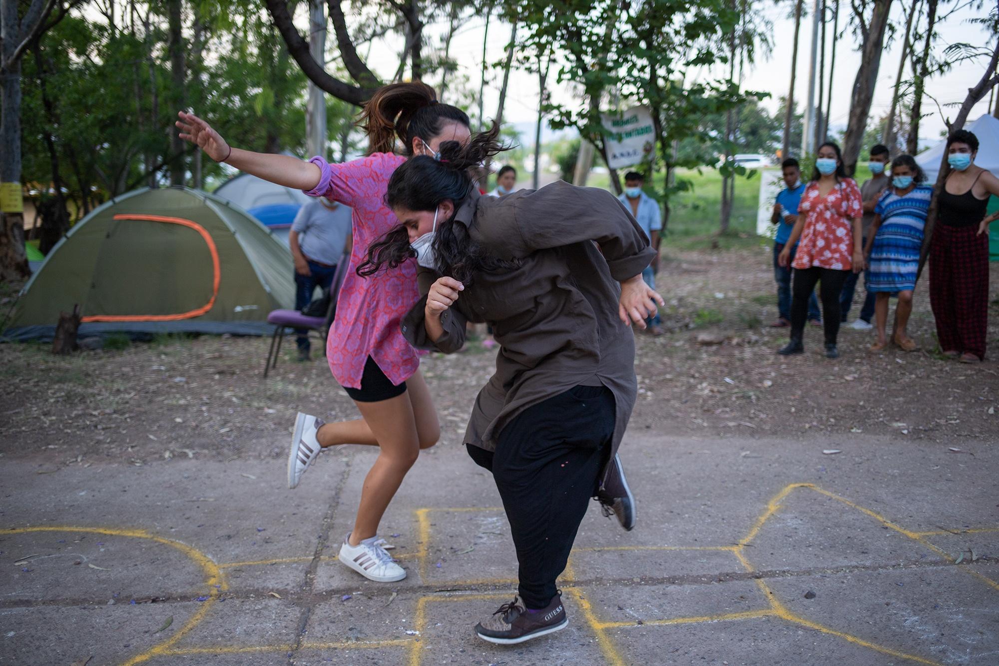 La activista feminista, Neesa Medina, y la artista y docente de danza contemporánea, Luna Flores, participan en el Campamento Feminista Viva Berta. Tegucigalpa, 19 de mayo de 2021. Foto: Martín Cálix.