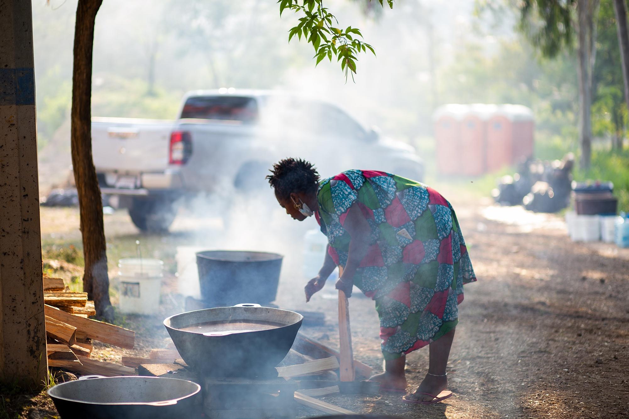 Mabel García, de la Organización Fraternal Negra de Honduras, durante los preparativos en la cocina común del Campamento Feminista Viva Berta. Tegucigalpa, 18 de mayo de 2021. Foto: Martín Cálix.