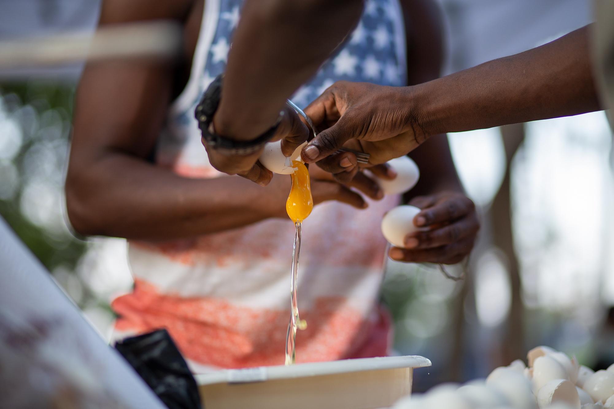 Dos jóvenes garífunas miembros de la Organización Fraternal Negra de Honduras, preparan alimentos en la cocina común del Campamento Feminista Viva Berta. Tegucigalpa, 18 de mayo de 2021. Foto: Martín Cálix.