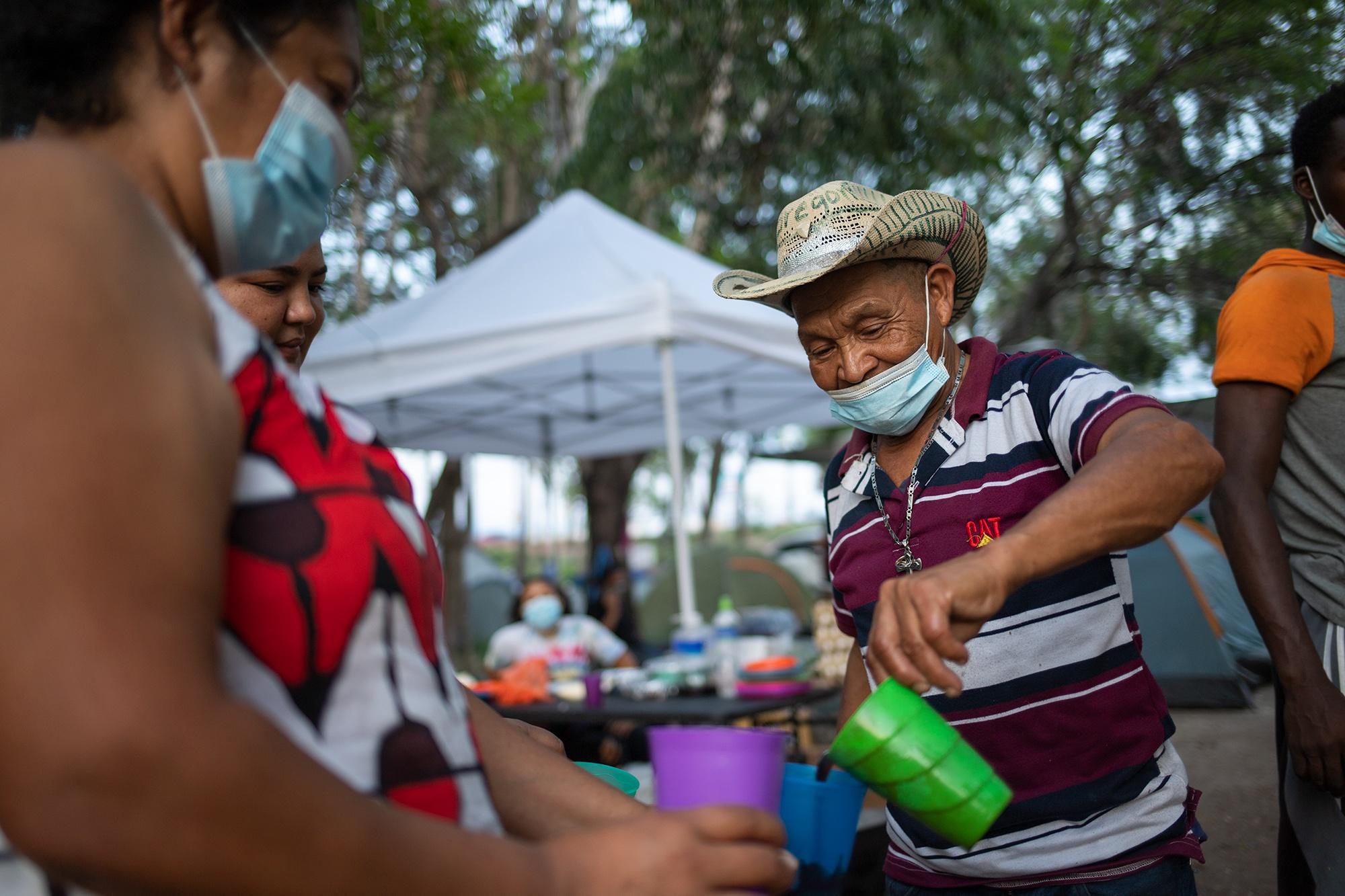 Gregorio Martínez de 80 años, miembro del Copinh, ayuda en las labores de la cocina común del Campamento Feminista Viva Berta. Gregorio es originario de Colomoncagua en el departamento de Intibucá. Tegucigalpa, 18 de mayo de 2021. Foto: Martín Cálix.