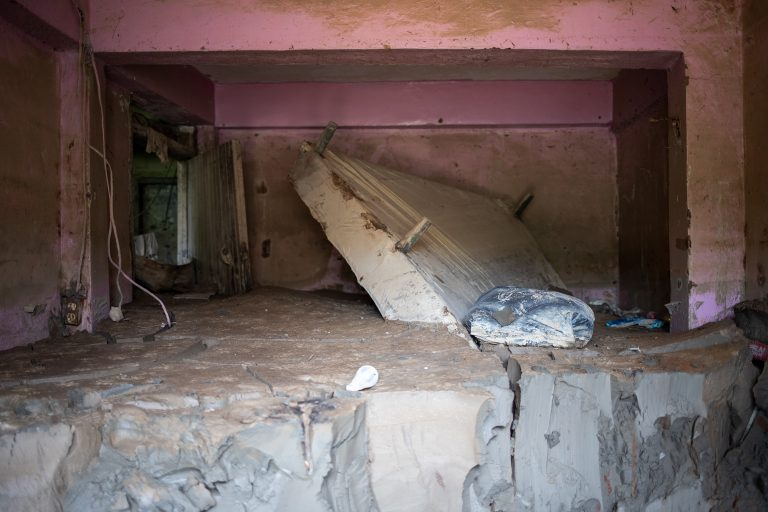 A bed juts out of the mud inside a ruined house in Chamelecón, one of the areas most affected by Hurricanes Eta and Iota. San Pedro Sula, May 6, 2021. Photo by Martín Cálix.