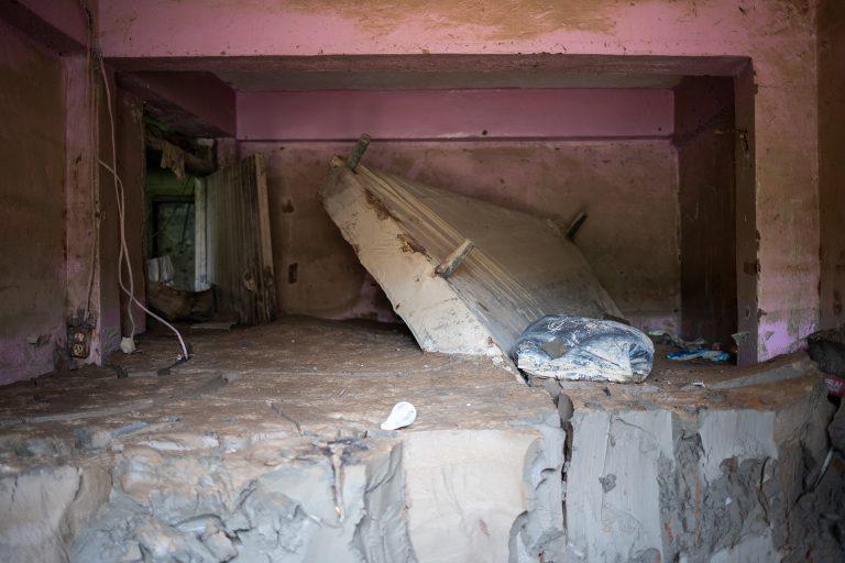 Una cama yace entre el lodo acumulado en el interior de una vivienda en el sector Chamelecón, una de las zonas que sufrió mayor afectación con el paso de las tormentas tropicales Eta e Iota. San Pedro Sula, 6 de mayo de 2021. Foto: Martín Cálix.