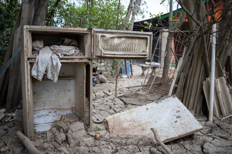 Electrodomésticos como esta refrigeradora son parte del paisaje desolador que ha quedado registrado en los barrios y colonias donde Eta e Iota impactaron con fuerza tras su paso por Honduras. La Lima, 6 de mayo de 2021. Foto: Martín Cálix.