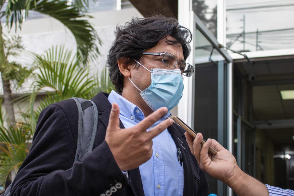 Víctor Fernández, apoderado legal de Copinh, saliendo de la audiencia de individualización de la pena en el juicio contra David Castillo. Tegucigalpa, 3 de agosto de 2021. Foto: Laura García