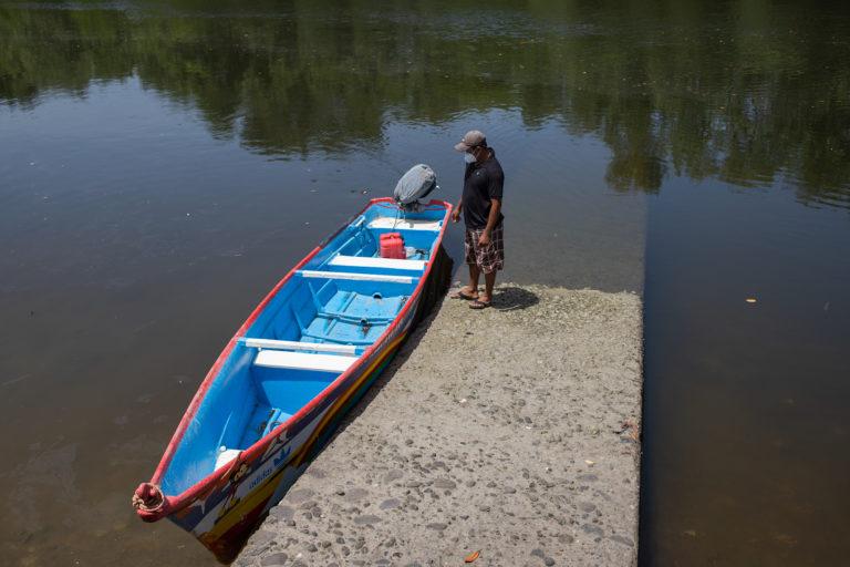 Óscar Ferrufino de 36 años, ha sido pescador y lanchero por 14 años. Óscar, como todos los pescadores de la comunidad de La Brea en la Bahía de Chismuyo, no posee una lancha propia. Nacaome, Valle, 22 de julio de 2021. Foto: Martín Cálix.