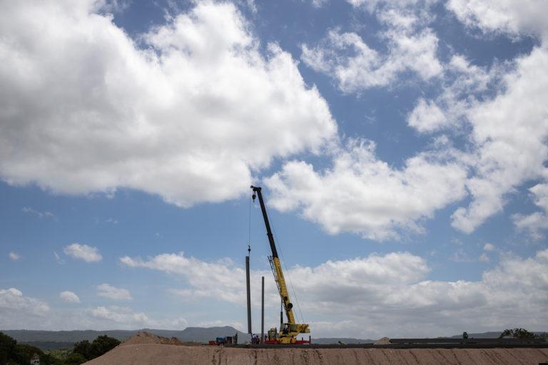 Una grúa durante los trabajos de instalación de la estructura metálica en la planta de empaque de la Zede Orquídea. San Marcos de Colón, Choluteca, 23 de julio de 2021. Foto: Martín Cálix.