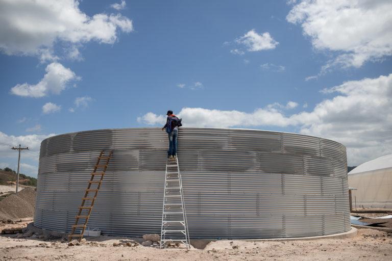 Un empleado de Orquídea inspecciona el silo, una estructura utilizada para el almacenamiento de aguas lluvias en el proyecto de la Zede de Agroalpha. San Marcos de Colón, Choluteca, 23 de julio de 2021. Foto: Martín Cálix.