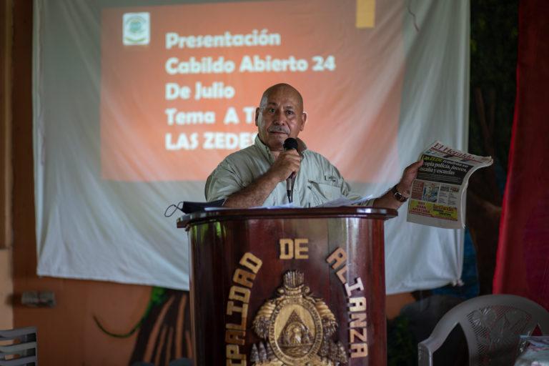 El economista Edwin Sandoval, durante su participación en el cabildo abierto en Alianza, donde se votó declarar el municipio libre de Zede. Alianza, Valle, 24 de julio de 2021. Foto: Martín Cálix.