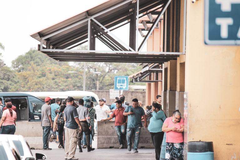 Esta foto fue tomada en la Gran Terminal de San Pedro Sula, varias personas aparecen sin mascarilla. El transporte público comenzó a operar  bajo la consigna de respetar las medidas de bioseguridad. La mayoría no ha cumplido.