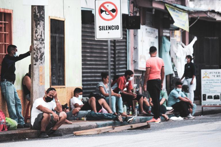 Familiares de internados por coronavirus permanecen afuera del hospital Leonardo Martínez. De acuerdo con datos de la Secretaría de Salud, durante el 2020 hasta el 16 de agosto en este centro asistencial se habían registrado 222 muertes por COVID-19.